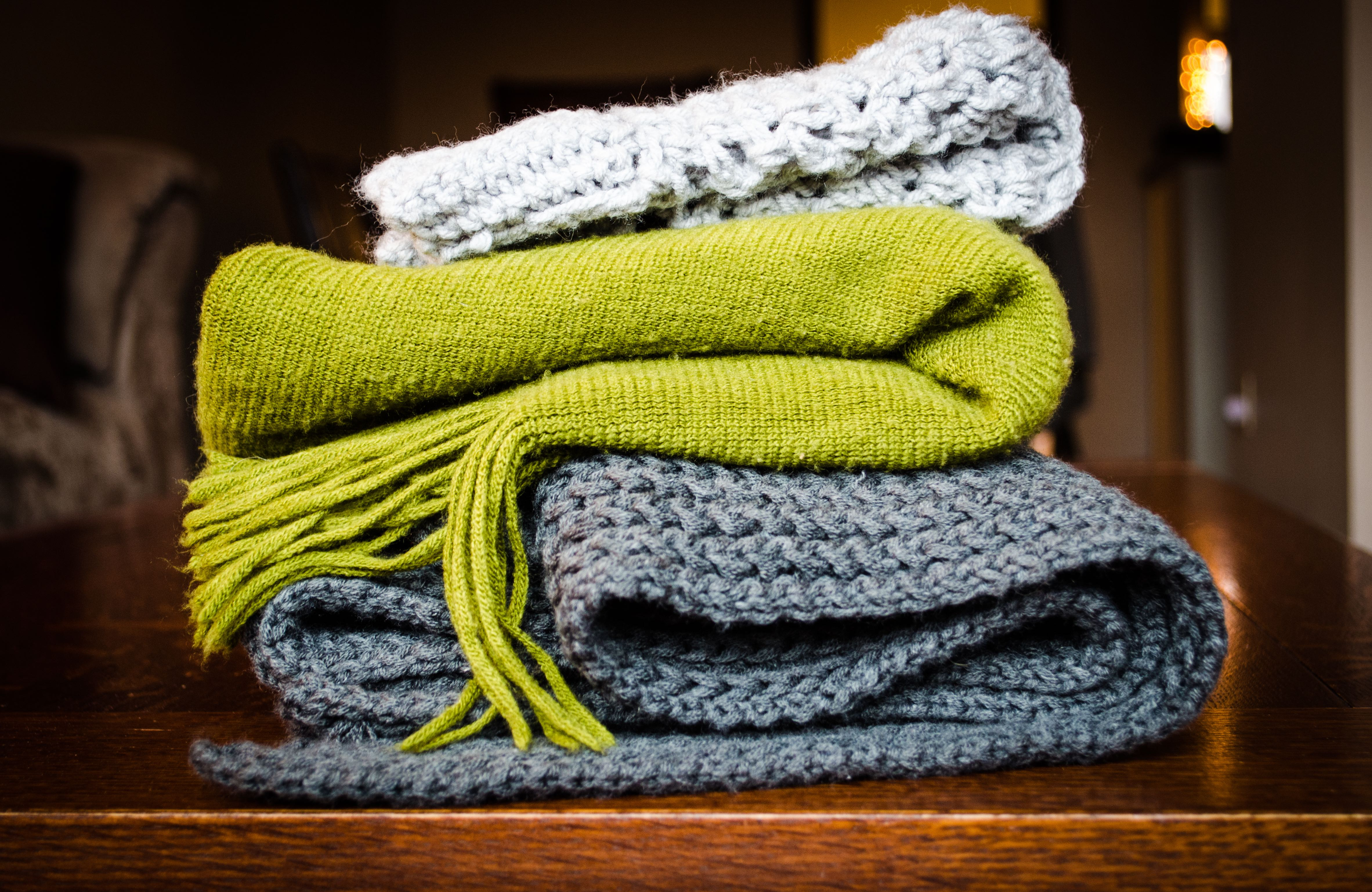 Photo a colorful stack of scarves and blankets